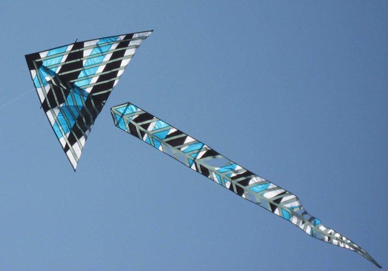 """Воздушный змей """"Дельта"""" с с хвостом на фоне голубого неба"""